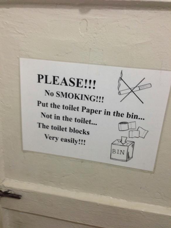 Ja lähes kaikkialla varoitettiin, että vessanpönttöön saisi laittaa vain sitä itseänsä.